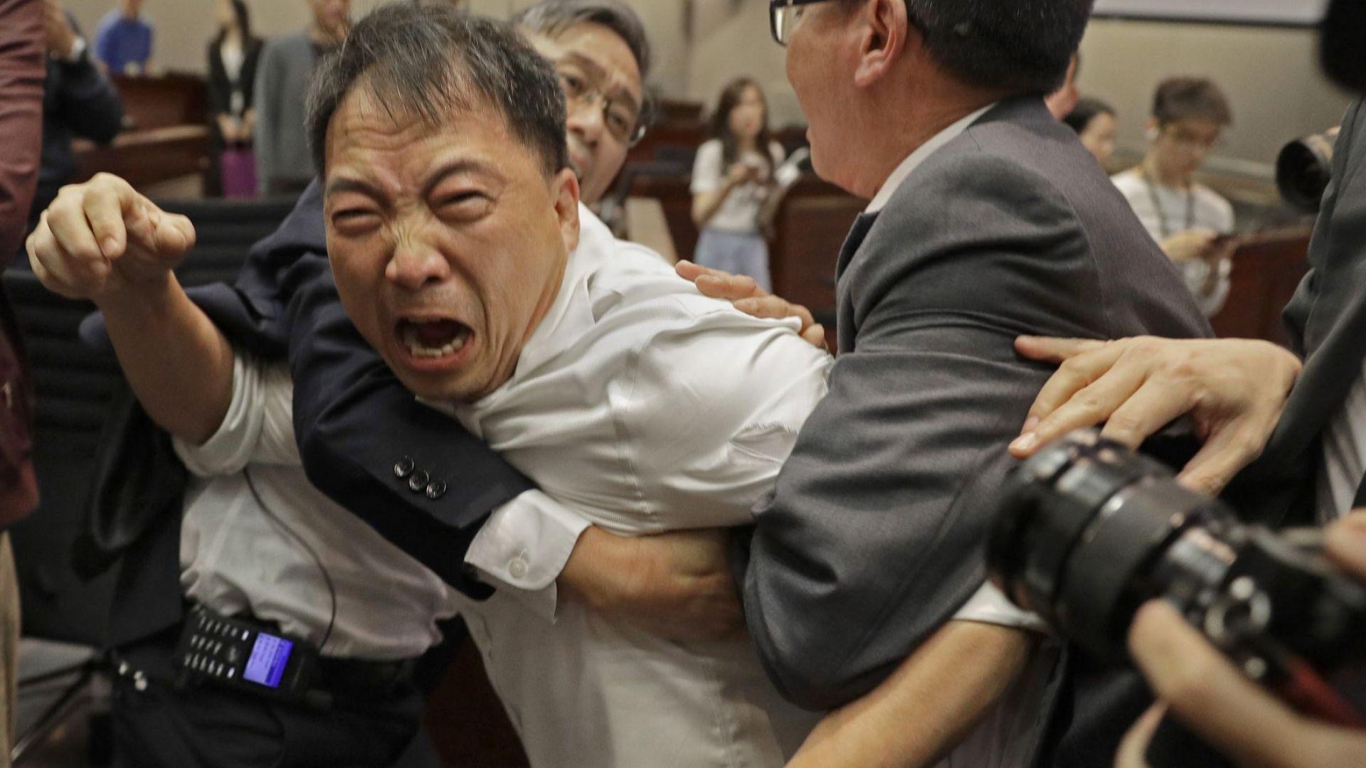 4-ма ранени при бой в законодателното събрание в Хонконг (снимки)