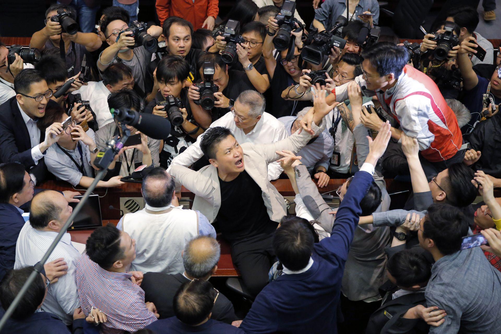 Бой в парламента в Хонконг