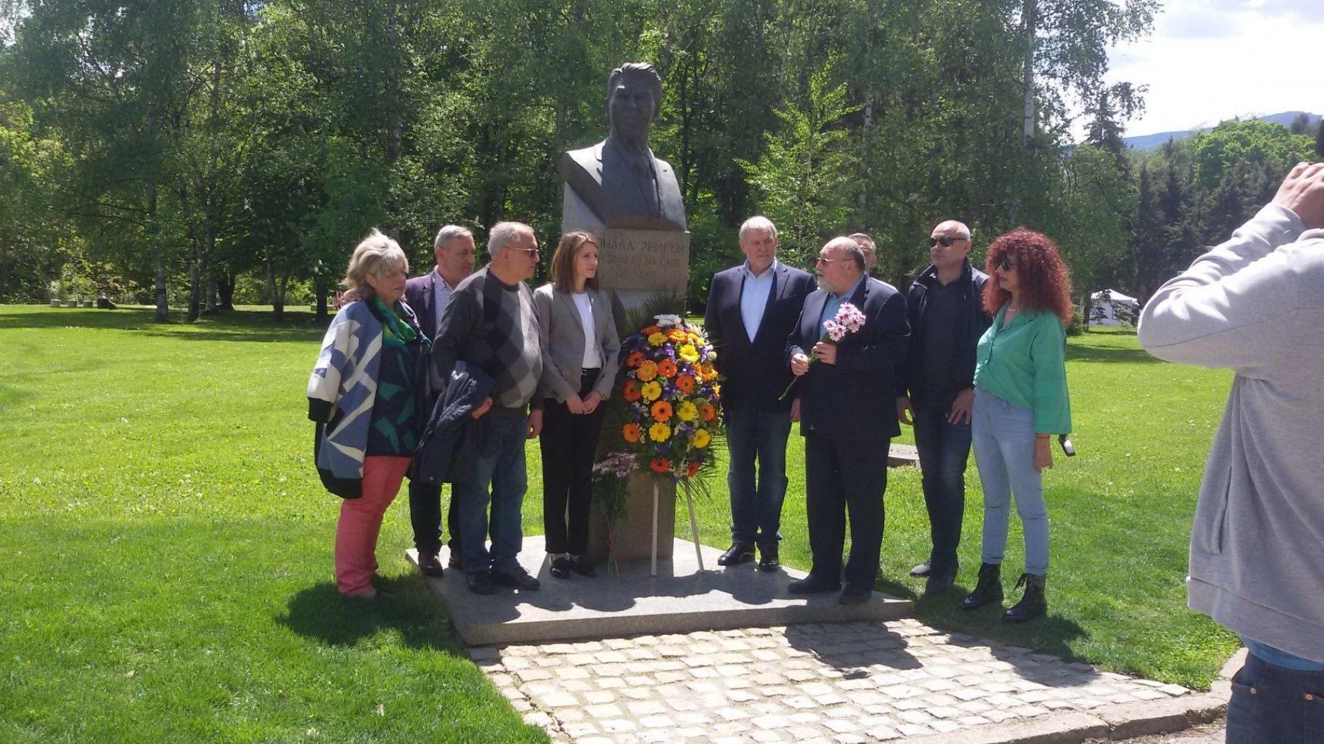СДС отбеляза втората годишнина от откриването на паметника на Роналд Рейгън в София