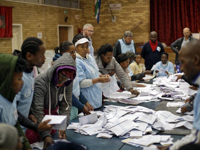 Управляващата в Южна Африка партия АНК печели изборите, но губи ...