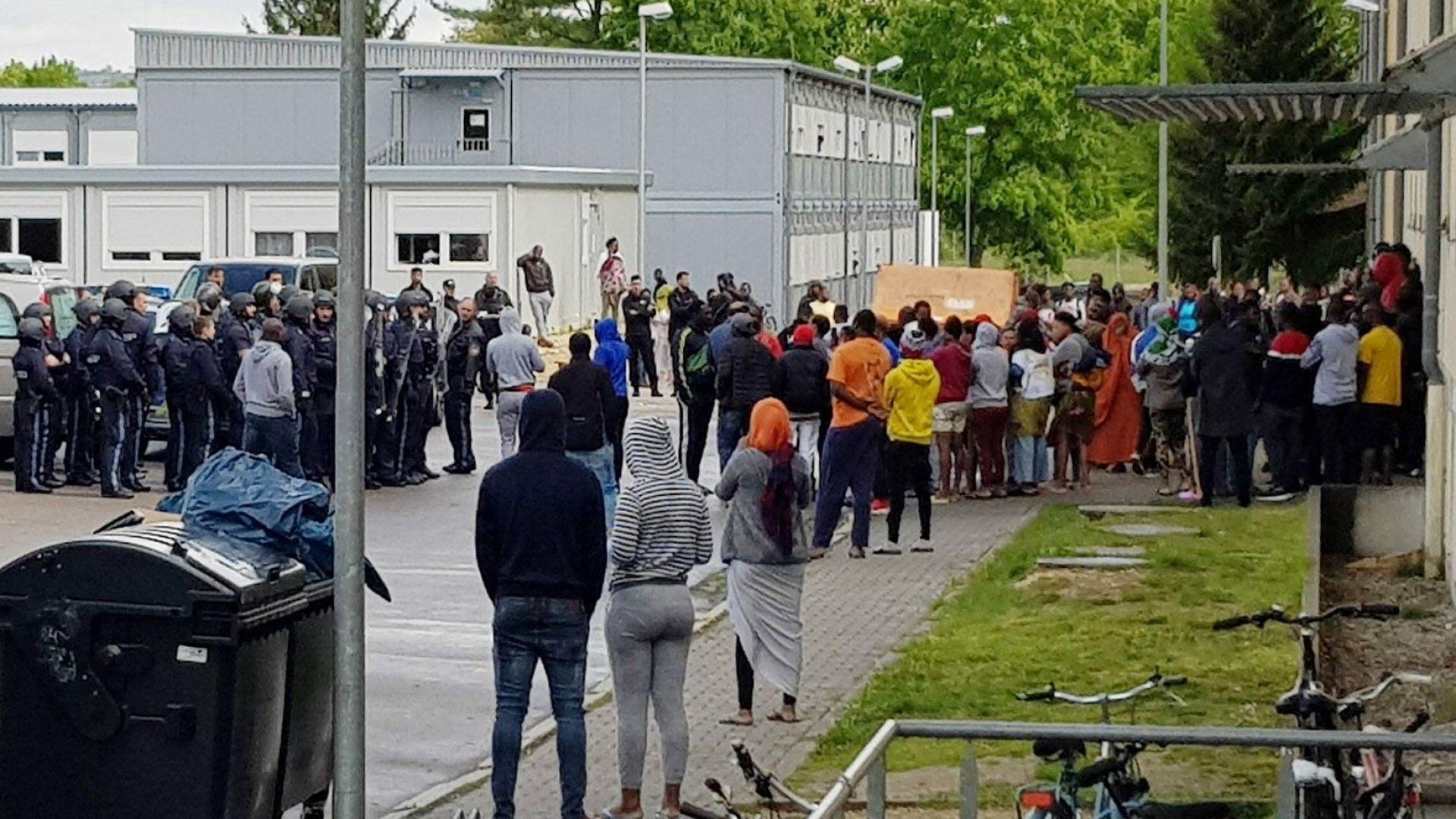 Мигранти нападнаха полицаи с камъни в германски център