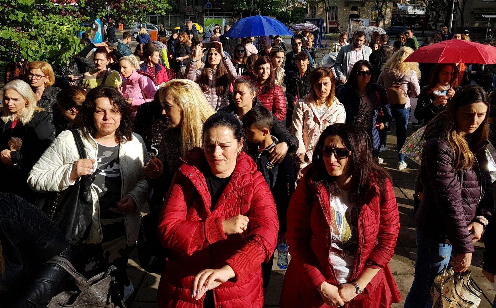 Протестиращите смятат, че стратегията ограничава правата на родителя да възпитава и обучава децата си