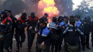 Президентът на Албания заплаши, че ще изкара армията на улицата