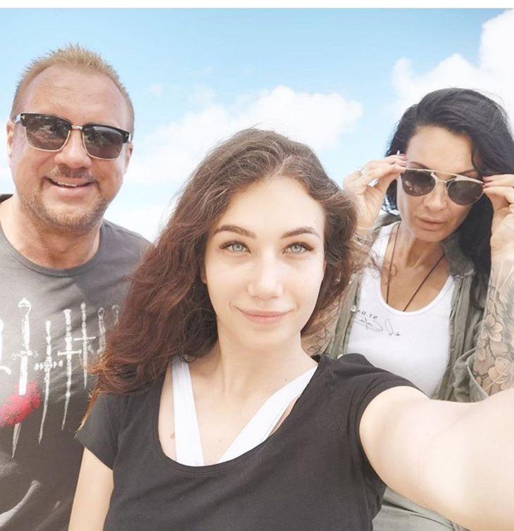 Цеци със съпруга си Майкъл и дъщеря си Джудит