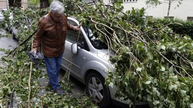 Ураган удари Хърватия, отвя автомобил в морето