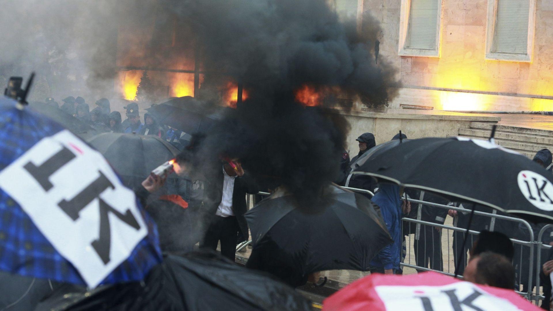 Все по-бурни протести на опозицията в Тирана: Хвърлиха запалителни бомби (снимки)