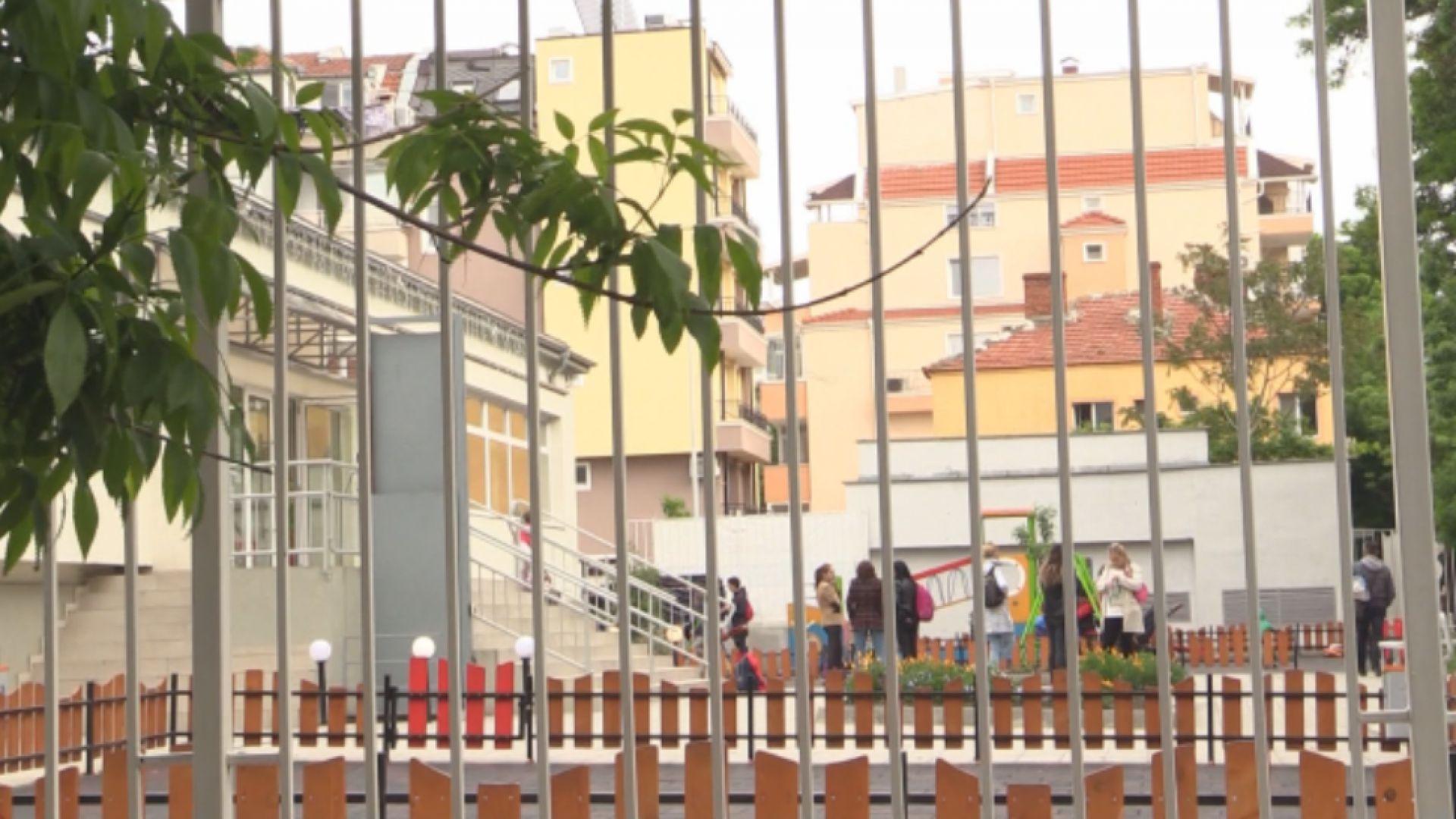 Вдигат жилищен блок в двора на бургаско училище