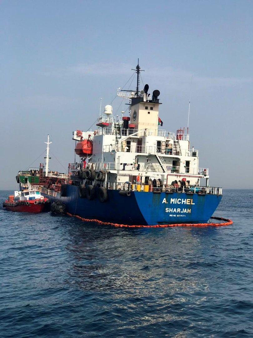 Танкерът от ОАЕ е заобиколен от плаващ бараж