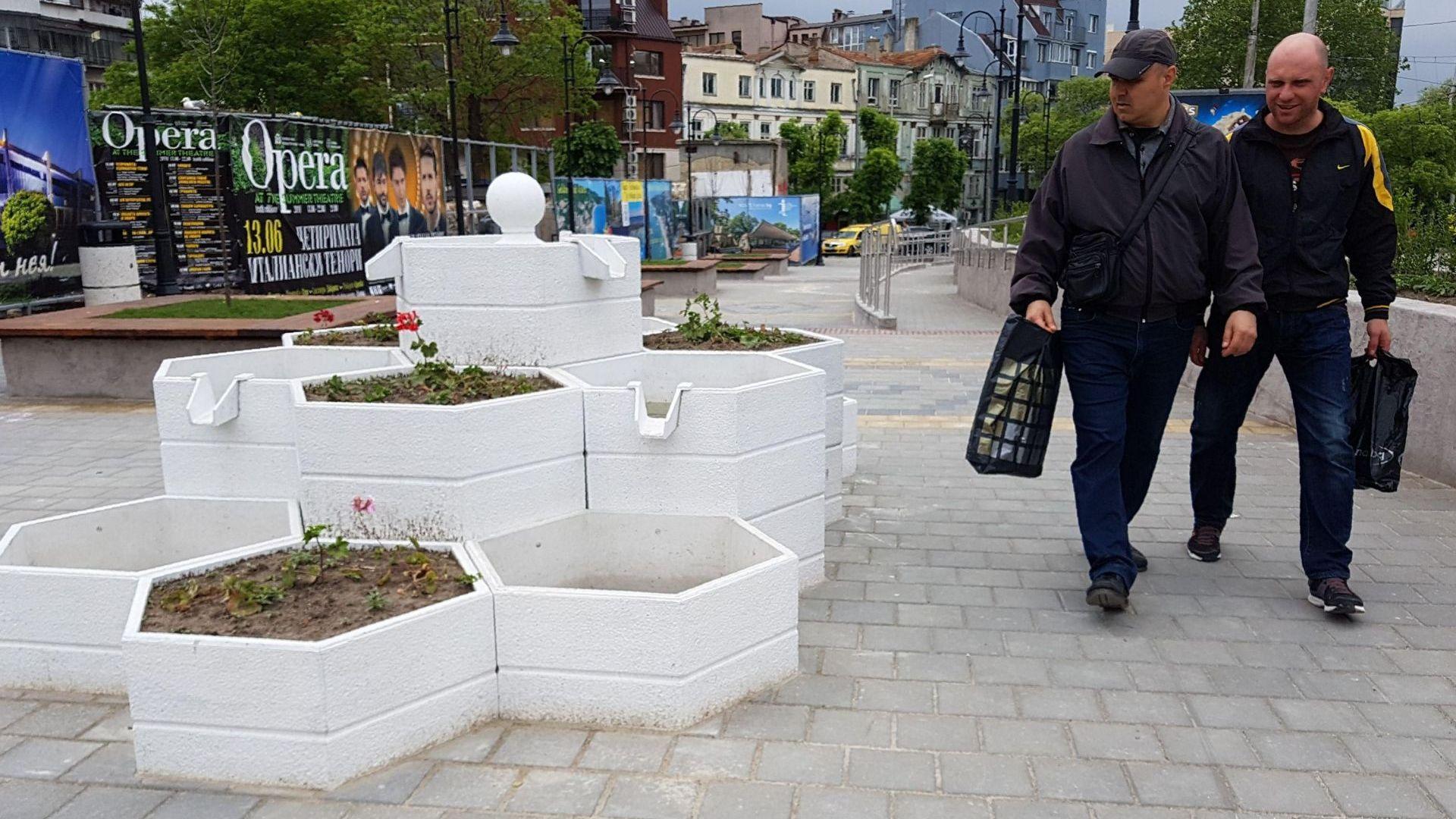 Варненци се радват на нова градинка срещу Катедралата (снимки)