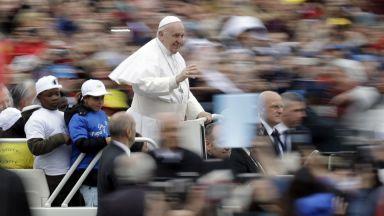 Франциск повози деца мигранти на папомобила