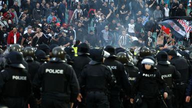 Масови арести на футболни фенове след меле в центъра на София