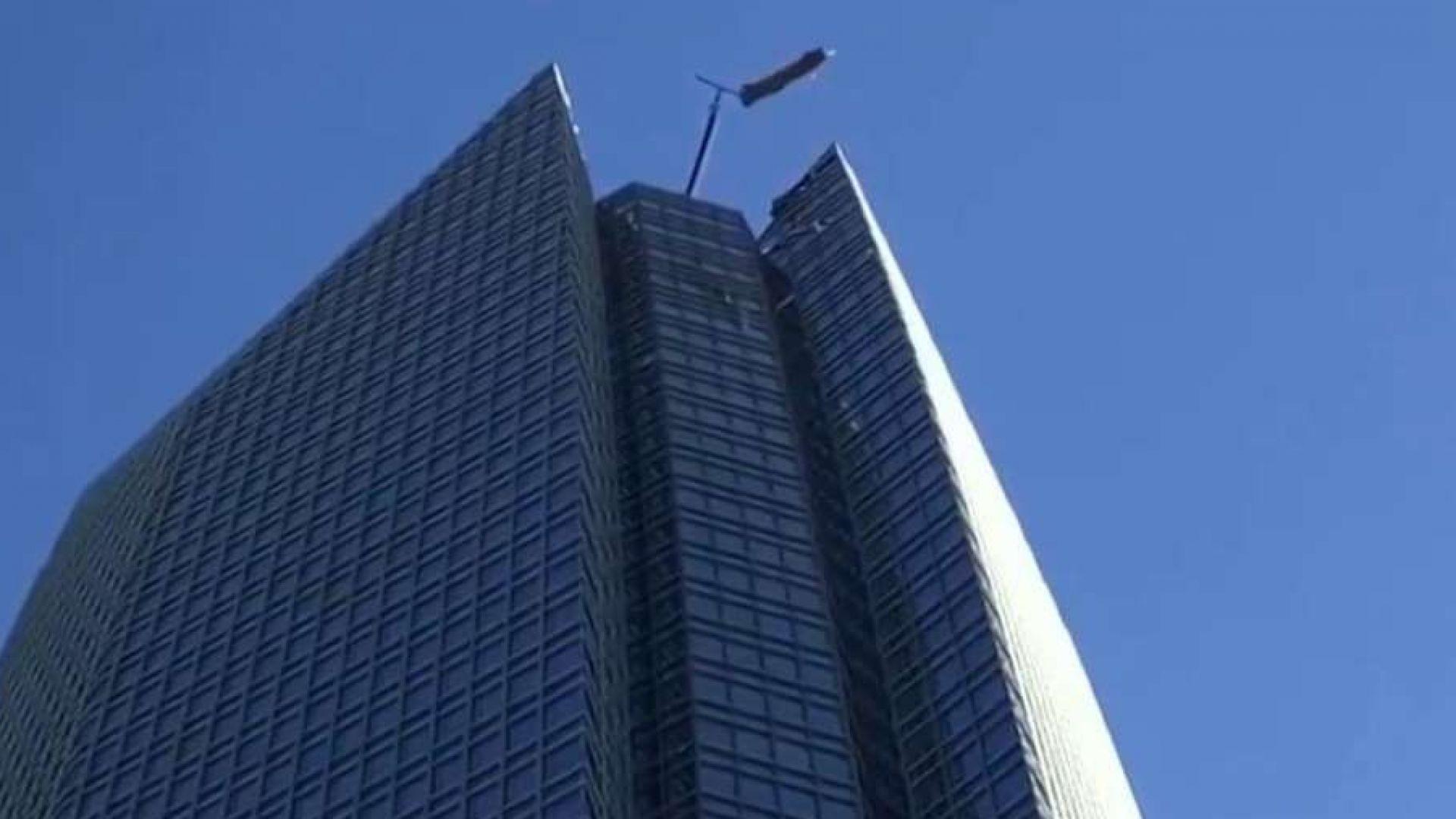 Вятър едва не уби миячи на прозорци на покрива на небостъргач (видео)