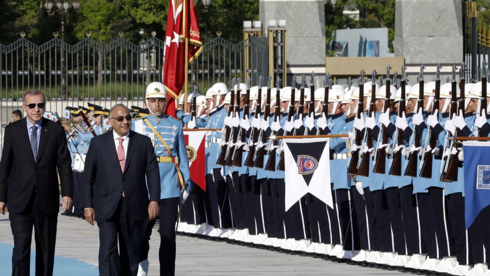 С 21 топовни залпа Анкара приветства иракският премиер Адел Абдел