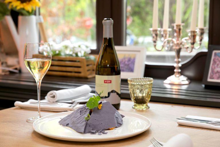 """""""Ремонтът на Графа"""" в чиния и чаша бяло вино на F2F  си пасват идеално"""