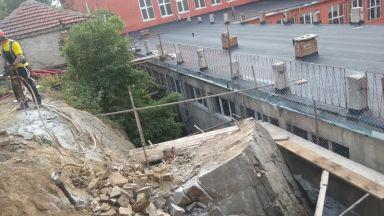 60-тонна скала надвисна над училище (снимки и видео)
