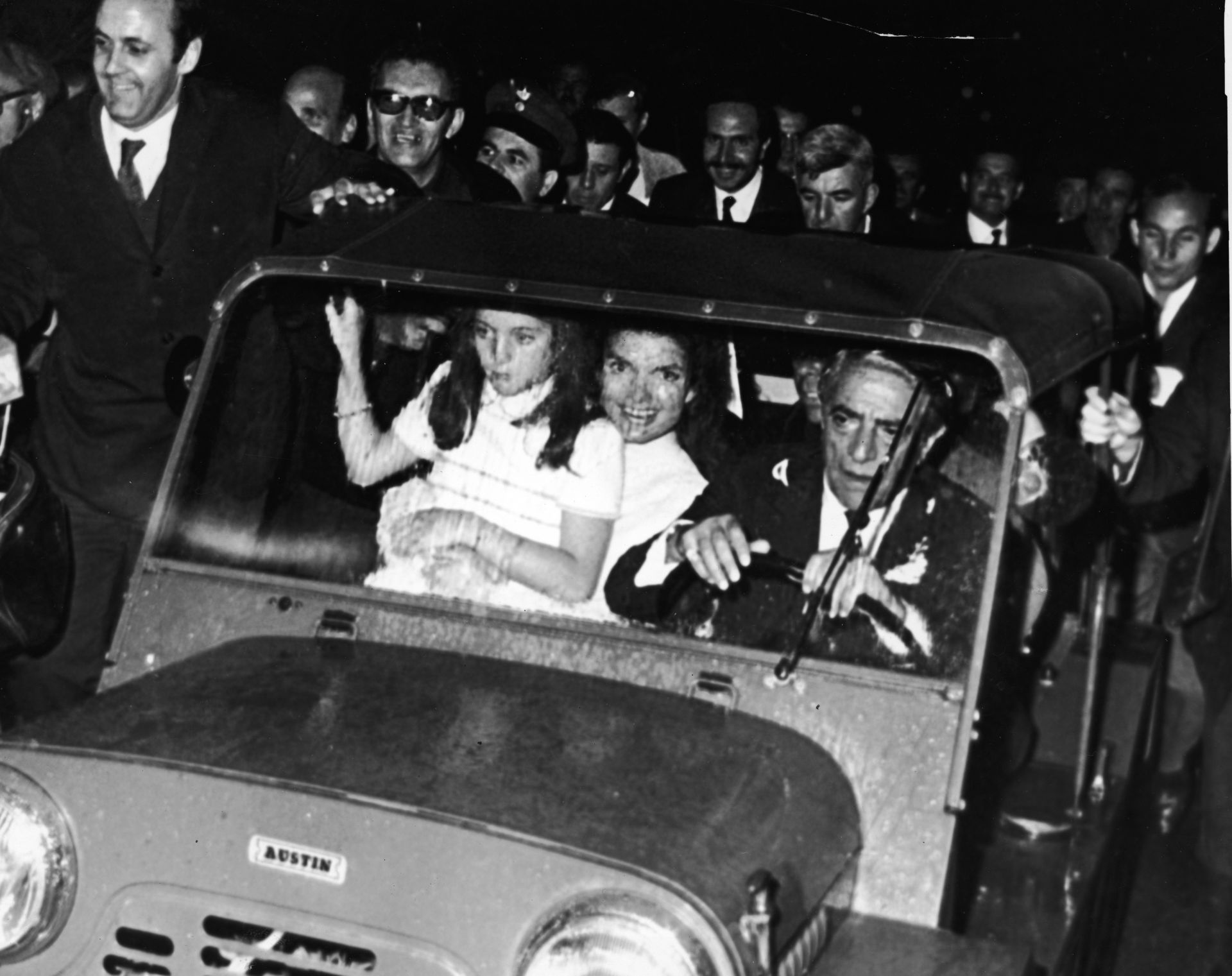 Гърците посрещат Джаки, Онасис и дъщеря й след сватбата