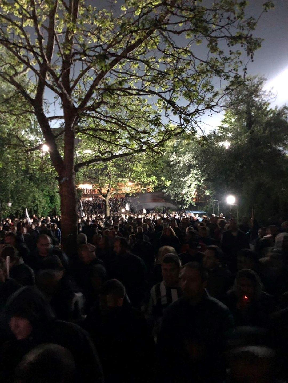 """Хиляди """"черно-бели"""" излизат от Националния стадион след триумфа"""