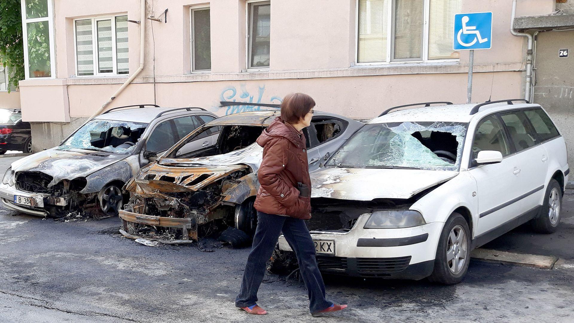 Изгоряха три автомобила във Варна (снимки)