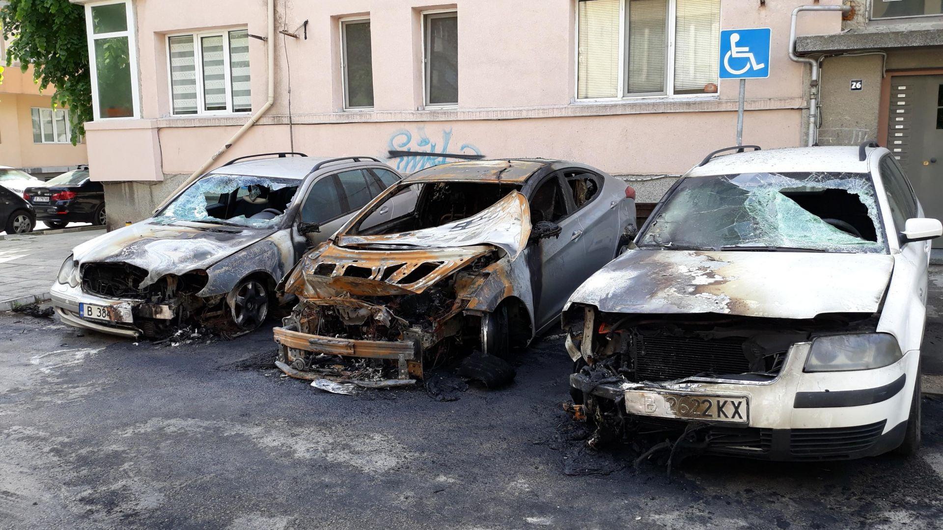 Палеж на кола във Варна, след взрив на газовата бутилка изгоряха още два