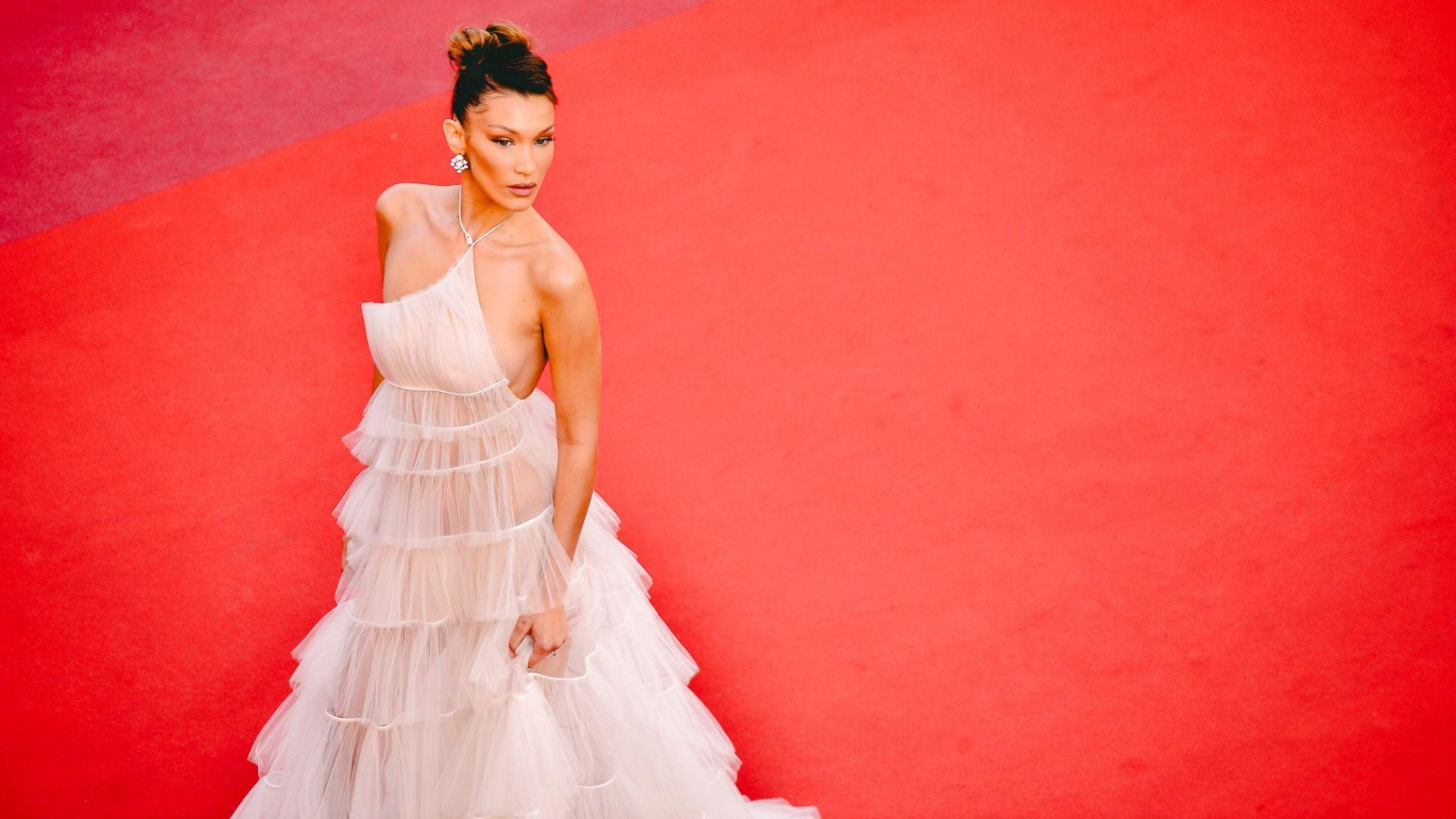 Бела Хадид избра предизвикателна рокля за появата си в Кан