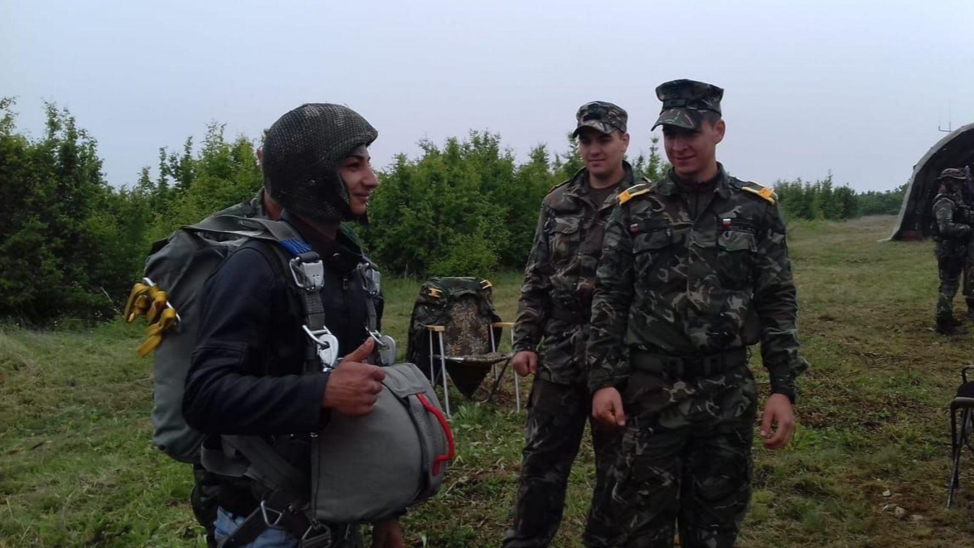 Войници показаха на стотици ученици различно въоръжение и техника (снимки)