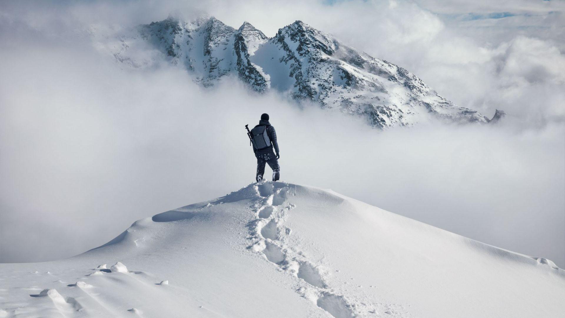 Часове след като стана третият българин, изкачил връх Лхотце и