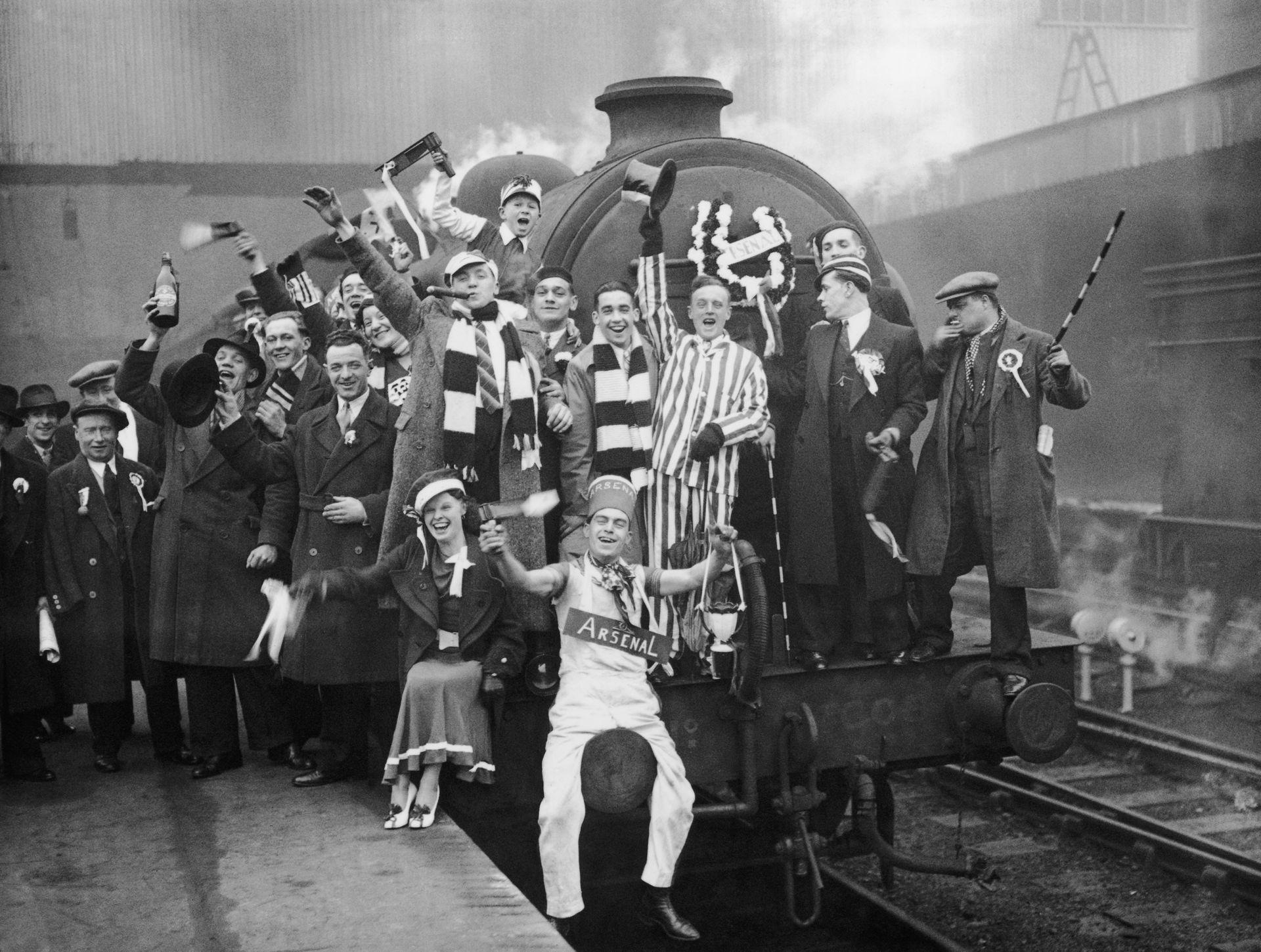 """1930 г. Феновете на Арсенал пътуват към """"Уембли"""", като са яхнали локомотив. На финала техният отбор побеждава Хъдърсфийлд с 2:0"""