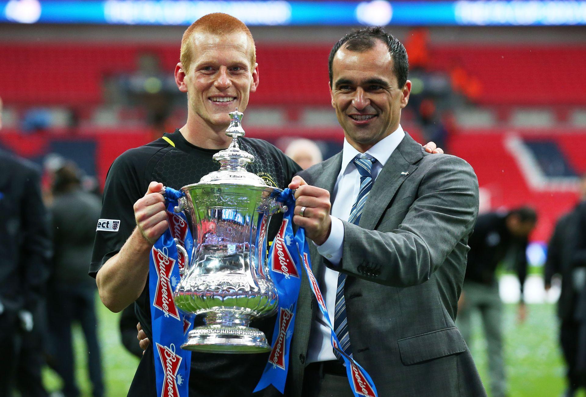 2013 г. - Сензация! Уигън победи Манчестър Сити на финала с гол на Бен Уотсън (вляво), воден от мениджъра Роберто Мартинес