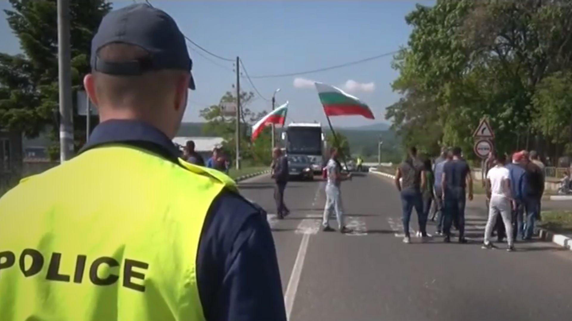"""Село на бунт, за пореден път блокира пътя за """"Маказа"""""""