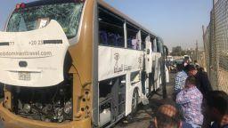 Бомба избухна до туристически автобус в Кайро (снимки)
