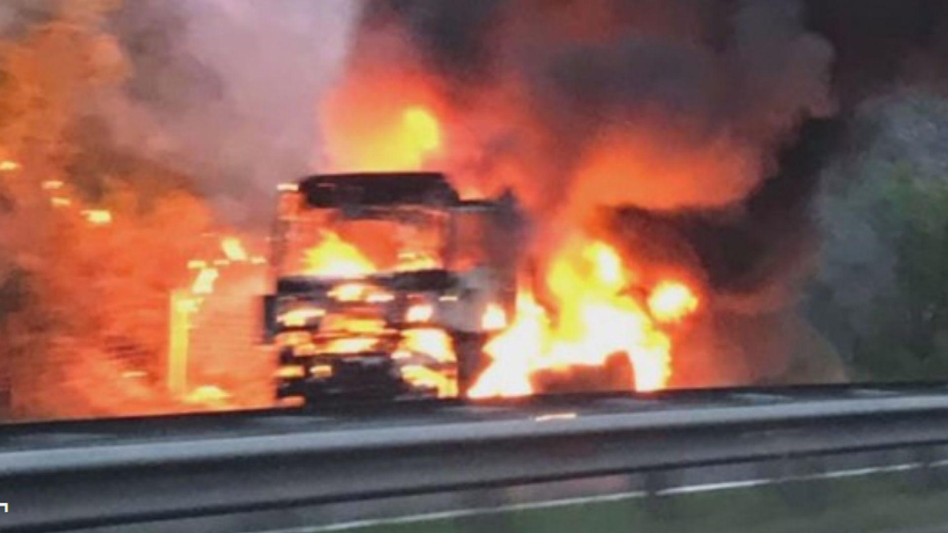 Тежкотоварен автомобил се запали в движение и изгоря на магистрала