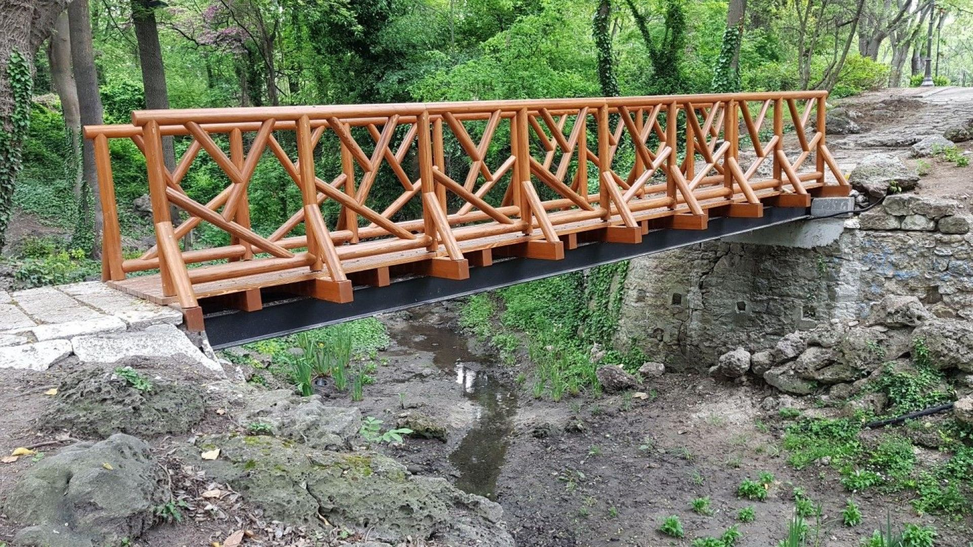 Новият мост на желанията в Морската градина е вече поставен.