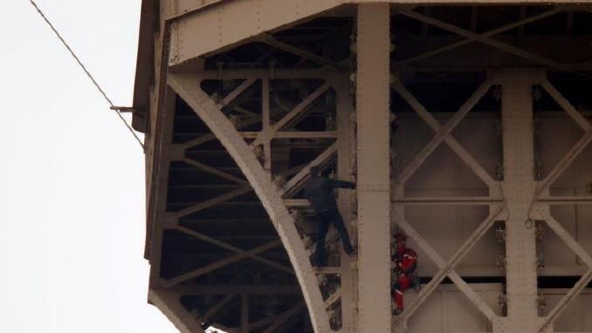 Айфеловата кула бе евакуирана, заради забелязан мъж, който се катери