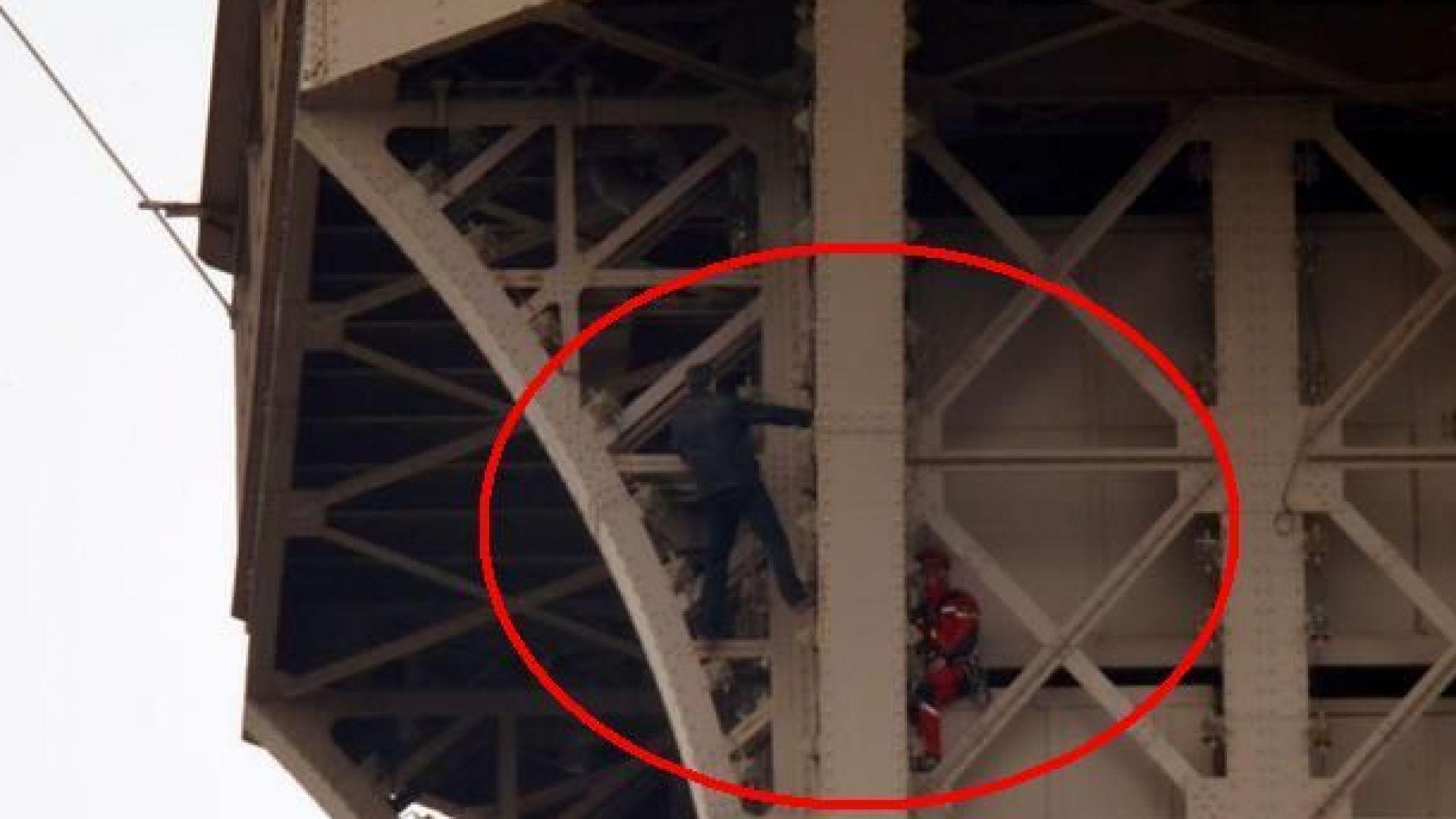 Айфеловата кула бе евакуирана заради забелязан мъж, който се катери