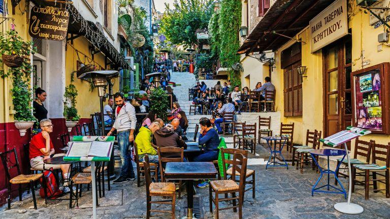 Важно за почиващите в Гърция: Очаква се до 35% от стоките да поевтинеят за лятото