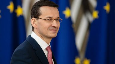 Полски медии: Премиерът Моравецки си купил парцел на 100 пъти занижена цена
