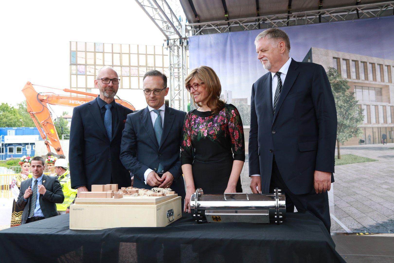 Хайко Маас и Екатерина Захариева пред макета на новата сграда на посолството на Германия