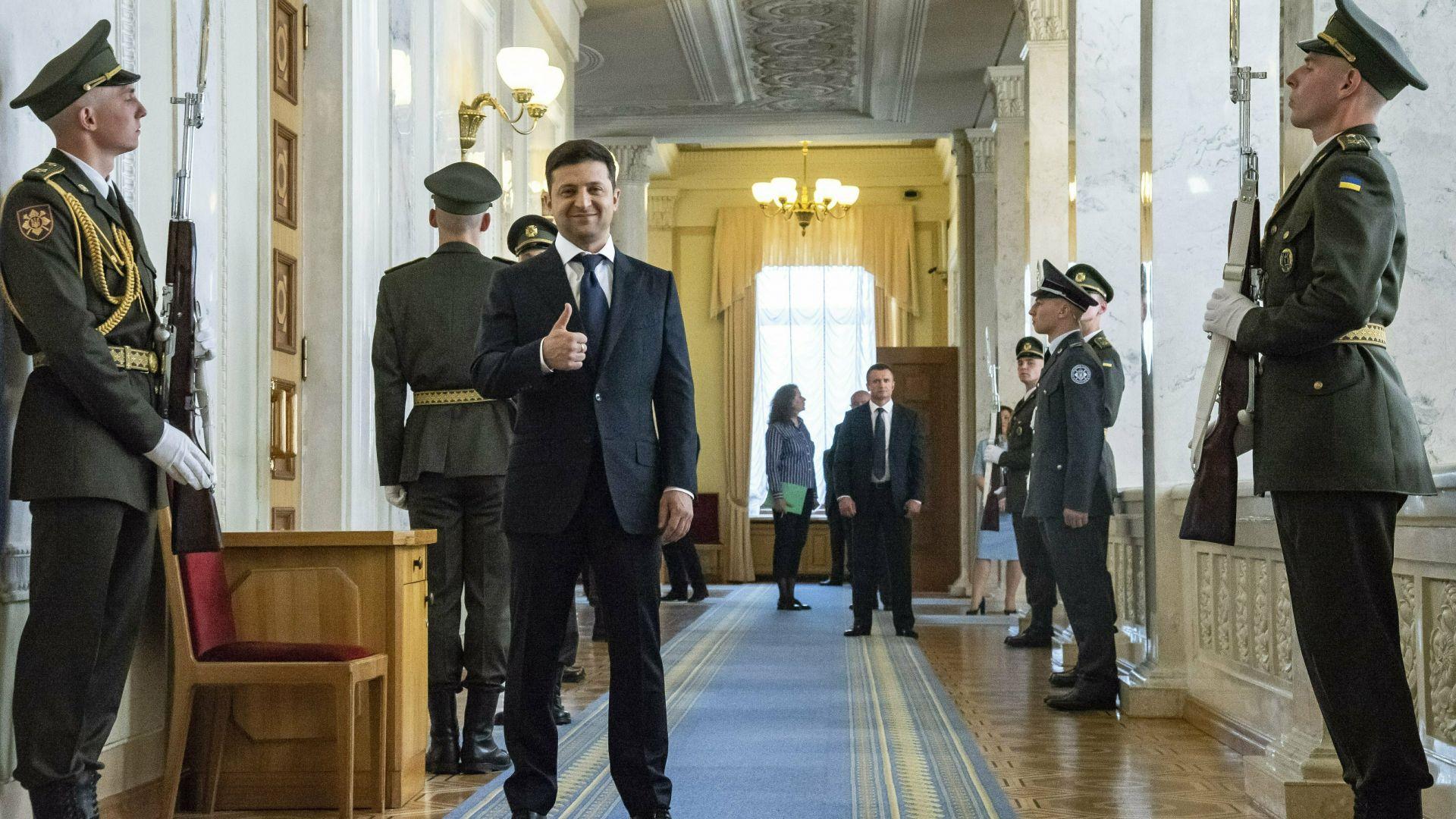Ден след като новият президент на Украйна Володимир Зеленски встъпи