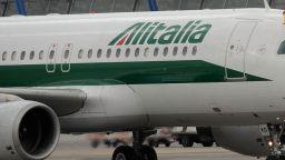Алиталия отмени над 300 полета заради стачка