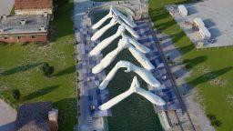 Скулпторът Лоренцо Куин продължава да изгражда мостове в душите