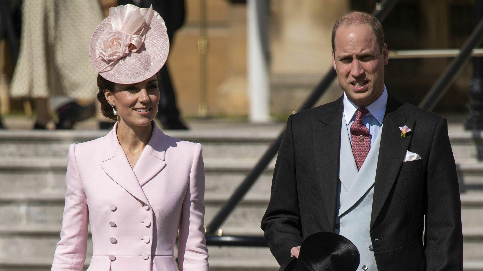 Кейт в бледорозово на традиционното чаено парти на Елизабет II