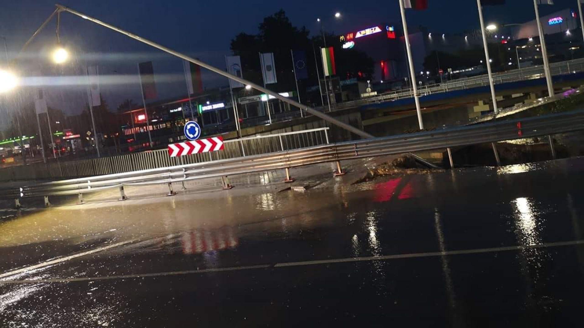 Новоремонтирано двуетажно кръгово кръстовище във Варна пропадна след дъжда във