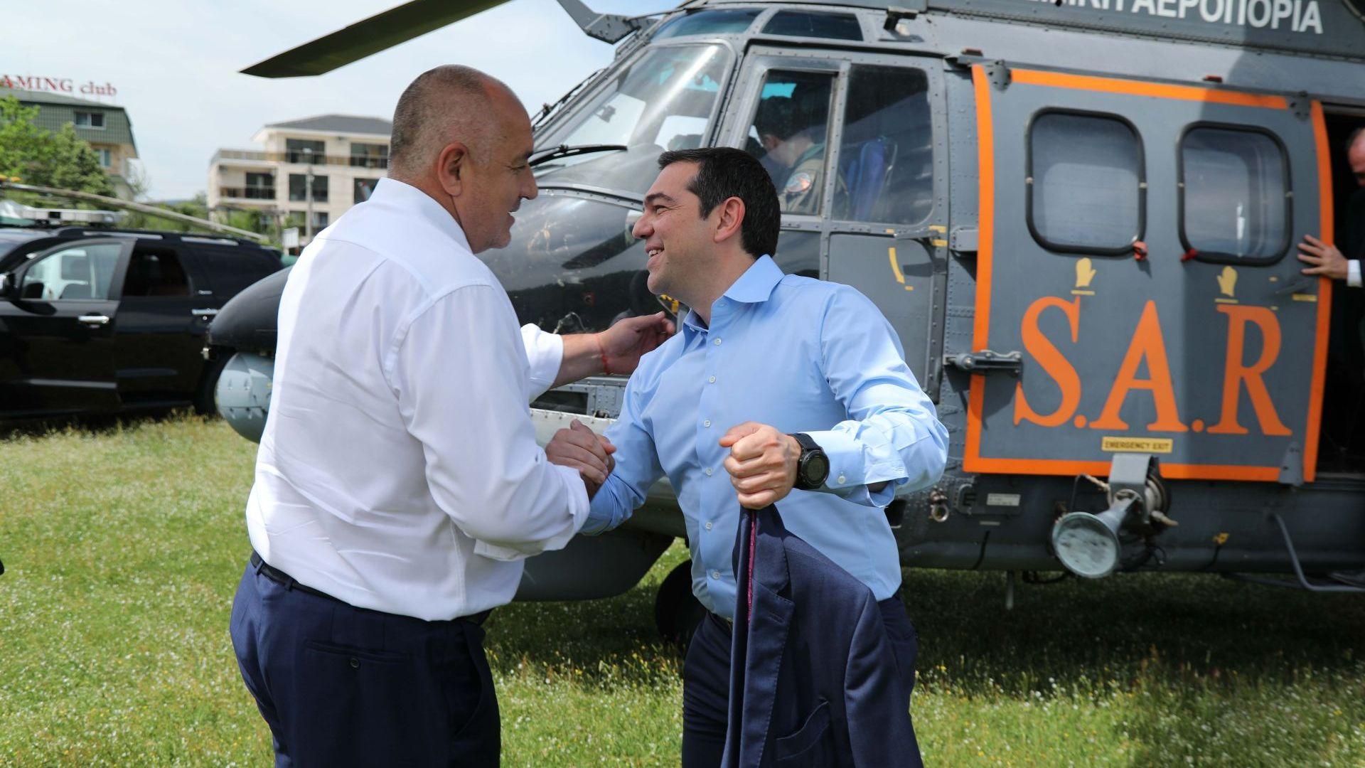 Бойко Борисов посрещна край Кирково Алексис Ципрас, който пристигна с хеликоптер Eurocopter AS332 Super Puma, използван от гръцките спасителни служби