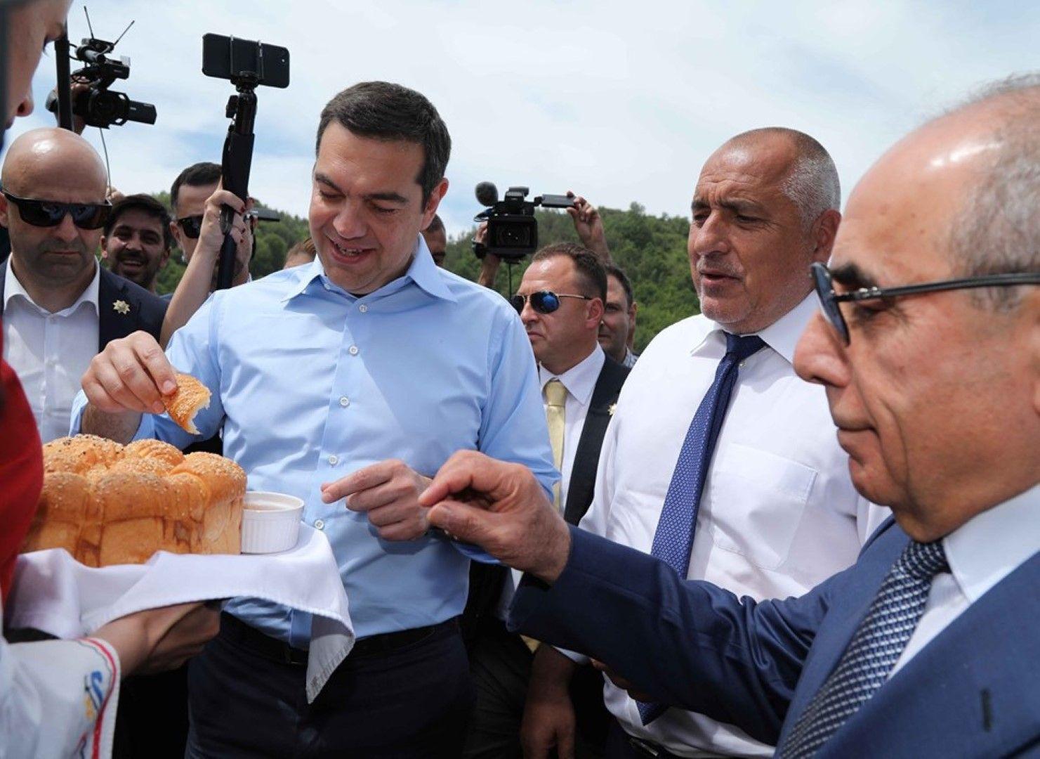 Посрещнаха Ципрас с хляб и сол