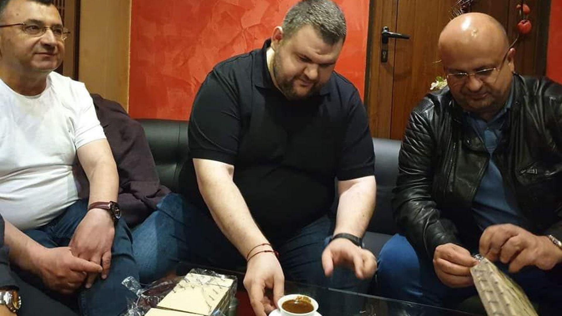 Делян Пеевски дебютира в предизборната кампания - срещна се с жители на две села