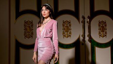 Бляскава на бала: Розов плюш за стилната абитуриентка