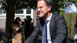 Марк Рюте отиде да гласува с колело