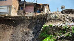 Събориха къщата, причинила свлачище във Варна