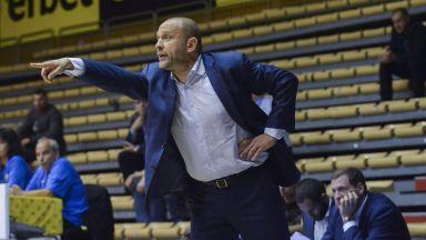 Уцелиха с бутилка треньора на Балкан след победата над Левски