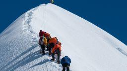 Първи смъртни случаи на Еверест за сезона - загинаха двама алпинисти